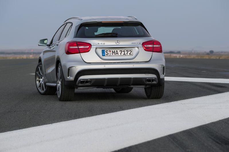 2015-Mercedes-Benz-GLA45-AMG-rear-end